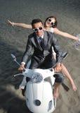 strandpar som att gifta sig bara Royaltyfri Fotografi