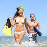 Strandpar som har gyckel på semesterloppsnorkel Fotografering för Bildbyråer
