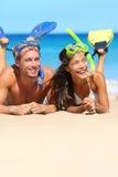 Strandpar som har gyckel som snorklar på semester Fotografering för Bildbyråer