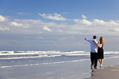 strandpar som har romantiker, går Royaltyfri Bild