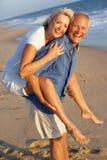 strandpar som tycker om feriepensionären royaltyfria foton