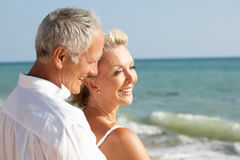 strandpar som tycker om feriepensionärsunen Arkivbilder
