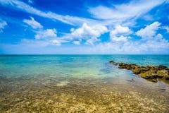 Strandparadis på den tropiska ön av Okinawa Arkivbilder