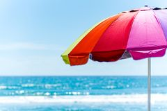 Strandparaplu en de oceaan royalty-vrije stock afbeeldingen