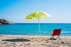 Strandparaplu en zitkamerstoel Royalty-vrije Stock Foto