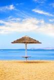 Strandparaplu op een tropisch strand Royalty-vrije Stock Foto