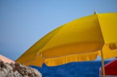 Strandparaplu op het strand Royalty-vrije Stock Fotografie
