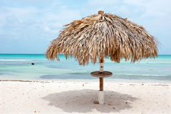 Strandparaplu op Palm Beach in Aruba de Caraïben Stock Foto