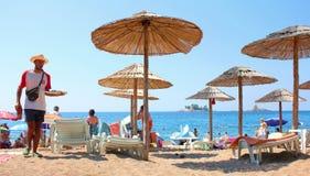 Strandparaplu's bij de kust van Adriatic Stock Foto's