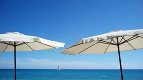 Strandparaplu's bij kust Royalty-vrije Stock Afbeeldingen