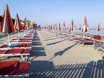Strandparaplu's bij regelmatig dossier worden geplaatst dat stock foto