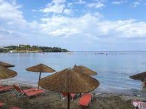 Strandparaplu's die het overzees overzien royalty-vrije stock foto's
