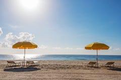 Strandparaplu's en stoelen Stock Afbeeldingen