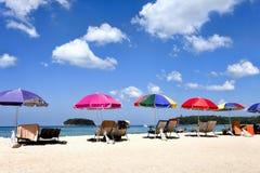 Strandparaplu's en sunbeds op het strand Royalty-vrije Stock Foto's