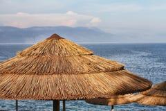 Strandparaplu's op de kust Stock Afbeeldingen