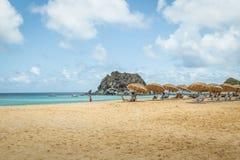 Strandparaplu's in Praia DA Conceicao Beach - Fernando de Noronha, Pernambuco, Brazilië stock afbeelding
