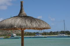 Strandparaplu tegen de hemel royalty-vrije stock fotografie