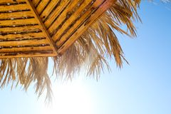 Strandparaplu van bamboe stock foto's