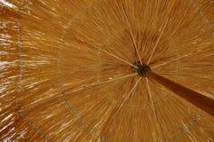 Strandparaplu van stro op het strand in de middag wordt gemaakt die royalty-vrije stock foto