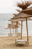 Strandparaplu van stro wordt gemaakt dat royalty-vrije stock afbeeldingen