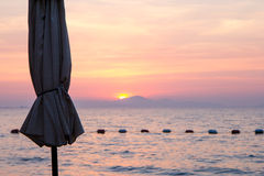 Strandparaply på solnedgång på Wong Amat Beach Pattaya royaltyfria bilder