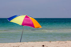 Strandparaply på stranden Royaltyfri Fotografi