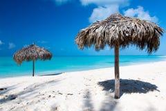 Strandparaply på en perfekt vit strand framme av havet Royaltyfria Foton