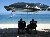Strandparaply, strand i Zanzibar arkivbild