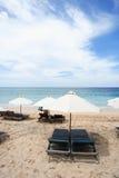 strandparaplyer royaltyfri foto