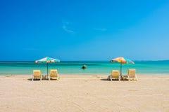 Strandparaplyer och solbadar platser på den Phuket sandstranden Arkivbilder