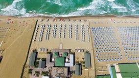 Strandparaplyer och stolar på stranden Flyg- sikt för fågelöga Fotografering för Bildbyråer