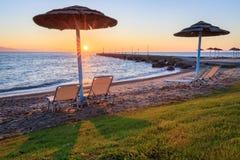 Strandparaplyer och sunbeds Royaltyfria Bilder