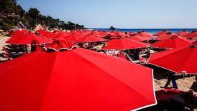 Strandparaplyer på den Makris Gialos stranden, Kefalonia, Grekland royaltyfri bild