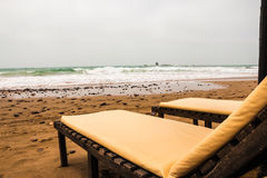 Strandparaplyer på den sandiga stranden Fotografering för Bildbyråer
