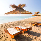 Strandparaplyer på den vita sanden Arkivbilder