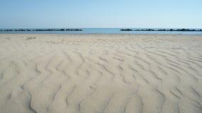 Strandparaplyer på en tom strand Royaltyfri Fotografi