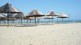 Strandparaplyer på en tom strand Royaltyfri Bild