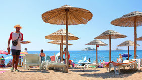 Strandparaplyer på kusten av Adriatiska havet Arkivfoton