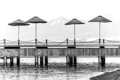 Strandparaplyer på pir Arkivfoton