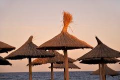 Strandparaplyer på solnedgången Royaltyfri Fotografi