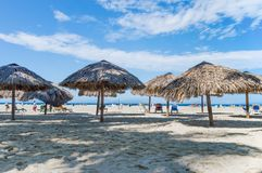 Strandparaplyer på stranden Arkivfoton
