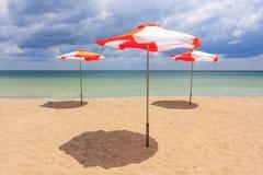 Strandparaplyer på stranden Royaltyfri Fotografi