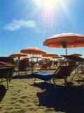 Strandparaplyer på stranden, cavallino, Italien Royaltyfria Bilder
