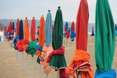Strandparaplyer planteras på en strand (Frankrike) royaltyfri bild