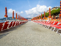Strandparaplyer som placeras på den vanliga mappen Royaltyfri Fotografi