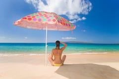 strandparaplykvinna Royaltyfri Foto
