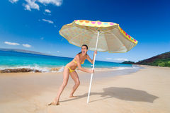 strandparaplykvinna Arkivbild