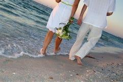strandparbröllop royaltyfri fotografi