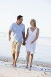 strandparet hands att le för holding royaltyfri fotografi