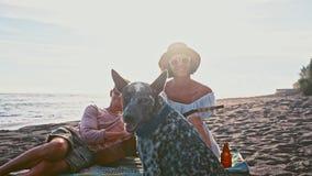 strandpargyckel som har barn Helg på ön Barnet kopplar ihop att sjunga med en gitarr på stranden deras roligt lager videofilmer